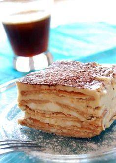 Pastel Helado 2 tazas de crema para batir fría 250 gramos de queso mascarpone 1/2 de taza de azúcar 3 cucharadas de licor de café 1 cucharada de café espresso granulado 24 galletas de macadamia 1 tablilla de chocolate