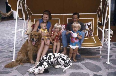 Het gezin van prinses Beatrix inclusief twee honden op vakantie in de villa De Gelukkige Olifant in het Italiaanse Porto Ercole.
