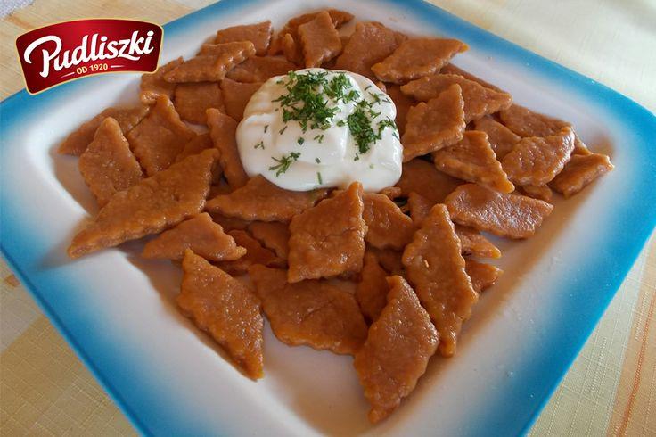 Czerwone czosnkowe kluseczki z sosem koperkowym. #czosnek #koperek #sos #pudliszki #przepis #wege