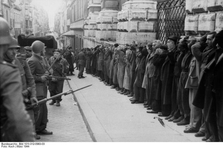 Suche nach Todeskandidaten:  Deutsche und italienische Soldaten bei der...