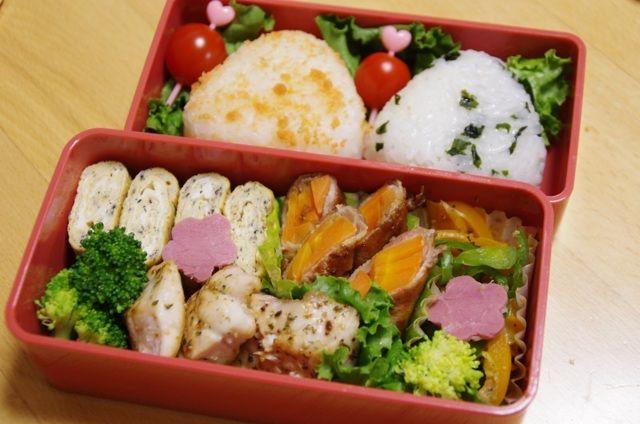 posted by @yukiy_ohisama 今日の娘弁当はゴマ入り卵焼き、メカジキのハーブソテー、人参の豚肉巻き、ピーマンとパプリカの炒めもの、ブロッコリー、プチトマト。おにぎりはわかめご飯と鮭ふりかけ。 #obento #obentoart