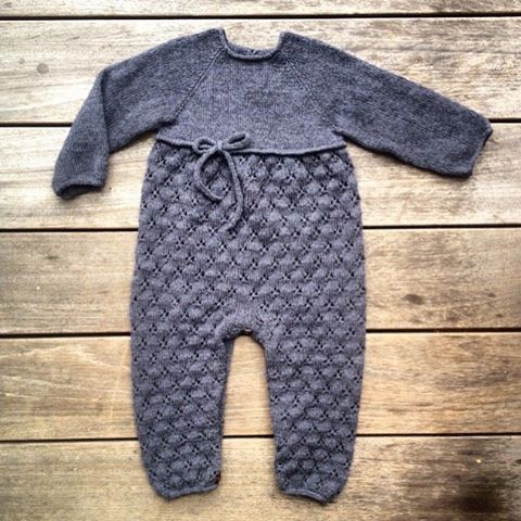 Så er opskriften på vores #kløverdragt færdig  www.knittingforolive.dk  #newpattern #knitforkids #babyknits #jentestrikk #knittingforolivesmerino #knittingforolive