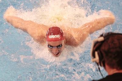 Jérémy Stravius a le sourire à l'arrivée du 200 mètres quatre nages: il vient de battre le record de France à Angers