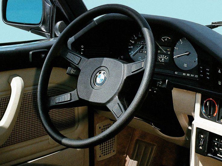Oh sacrilège ! Les béhèmistes de l'époque crient au scandale, craignent la mort de BMW, la descente en gamme de la marque à l'hélice car BMW vient de lancer son premier modèle à moteur …
