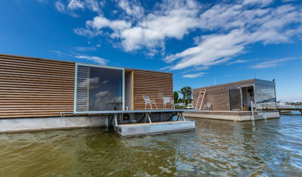 Polska! Nowoczesne, pływające domy w Mielnie zostały zaprojektowane przez Marcina Baranowskiego i Macieja Kufla. Pływają nad jeziorem Jamno. Są dostępne dla każdego, można je wynająć nawet na kilka dni!