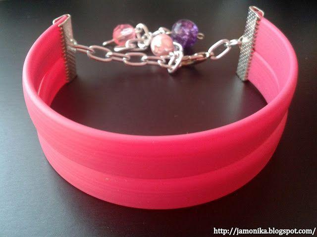 Bransoletka wykonana z różowych paseczków z silikonu, ozdobiona koralikami.  Zapięcie regulowane.