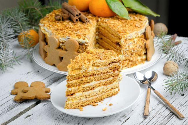 Торт «Рыжик» очень вкусный и несложный в приготовлении. В его  состав входит мед, который придает коржам интересный рыжий цвет.   – читайте на Domashniy.ru