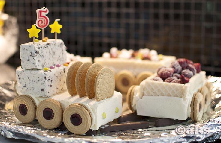 Istället för tårta kan jag tipsa om att tillverka ett glasståg till nästa kalas. Det är väldigt enkelt och det blir en garanterad succé på barnkalaset. Ingredienser: 1/2 liters glass i olika smaker, chokladfingers, wafers, Mariekex, Singoalla/Ballerinakex, godis, bär, strössel, glassås och ev. li