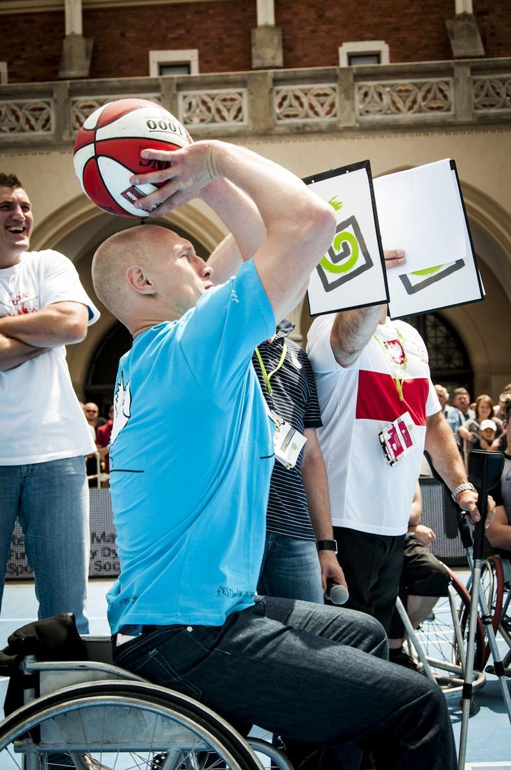 9. Ogólnopolskie Dni Integracji Zwyciężać Mimo Wszystko, Krzysztof Diablo Włodarczyk próbował trafić do kosza siedząc na wózku, to nie takie proste, jak się wydaje #sport #Kraków fot. Diamonds Factory