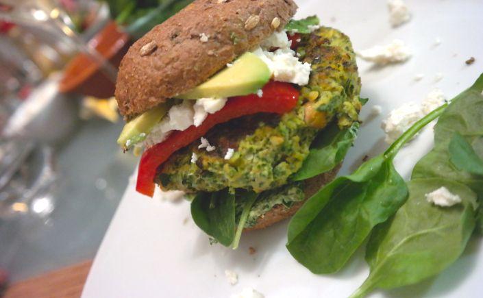 Hamburgers met zalm en spinazie en avocado
