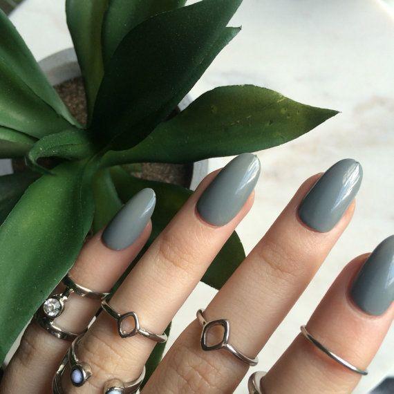 Handbemalte Acrylnägel aus glänzend grauen ovalen Nägeln von PozerNails, – nails & co