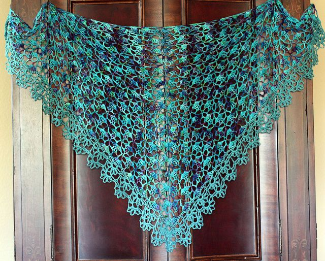 South Bay Shawlette Free pattern from LionBrand. Ravelry shows photos from 1815 projects made from this pattern, with different yarns and edgings.