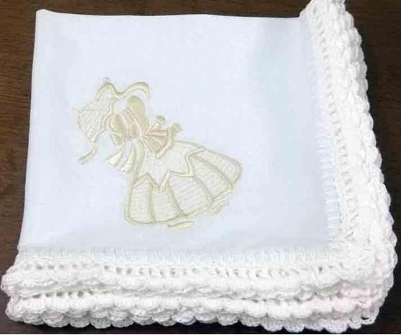 Kit com 06 guardanapos em tecido oxford na cor branca, com barrado em crochê na mesma cor, com a figura da Sunbonet bordada na cor bege dourado.Tamanho: 35 x 35 cm