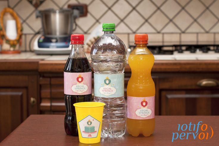 Bottiglie e bicchieri personalizzati.