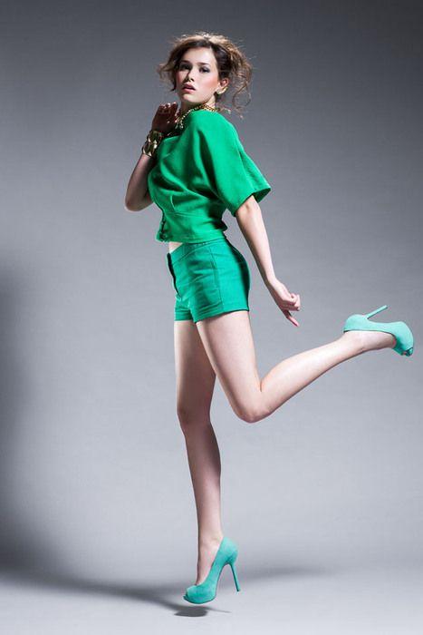 Color Mode - Vanessa Vieira (Modelo: Maria Villar)  Blusa - €25,95 Zara, Calções - €22,95 Zara, Sapatos - €29,99 Berska, Brincos- da Produção (preço sob consulta), Colar- €17,95 H, Pulseiras Douradas €12,95 cada, H