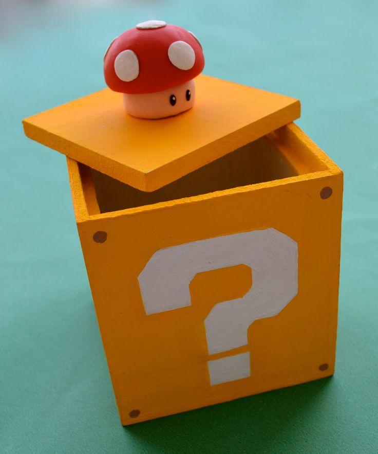Caixa em MDF com tema do jogo Mario Bros, a tampa é aberta puxando o cogumelo. Um presente perfeito para quem é fã do jogo!  *** Caixa em MDF, pintada a mão, cogumelo feito com biscuit.