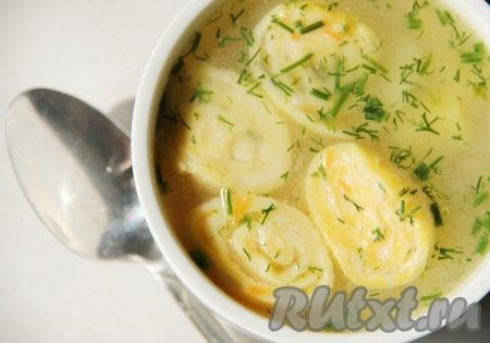 Наш вкусный куриный суп с сырными рулетиками готов.