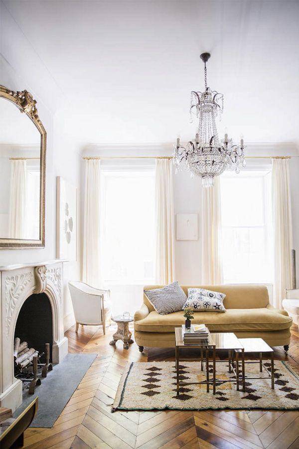 Visit my blog to see all of this amazing Manhattan house - http://inredningsvis.se/kristallkrona-ala-inredning-2012/  kristallkrona svart vit #crystalchandelier #kristallkrona #inredning #homedecor #livingroom #vardagsrum #bolig #vackrehjem #living
