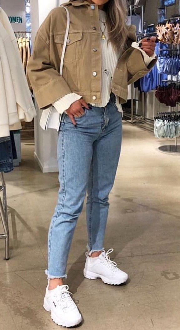 Non è skinny, non è a campana: il jeans più figo è il mom