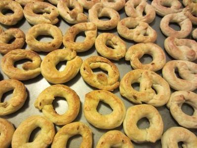 Ecco la ricetta dei taralli pugliesi Bimby. Si tratta di una ricetta semplice e gustosa. Per la preparazione dei taralli Bimby bastano 20-25 minuti al massimo. Ma vediamo insieme quali sono gli ingredienti che ci servono necessariamente per realizzare i nostri magnifici taralli pugliesi fatti in casa. farina 500 g sale 2 cucchiai olio evo …