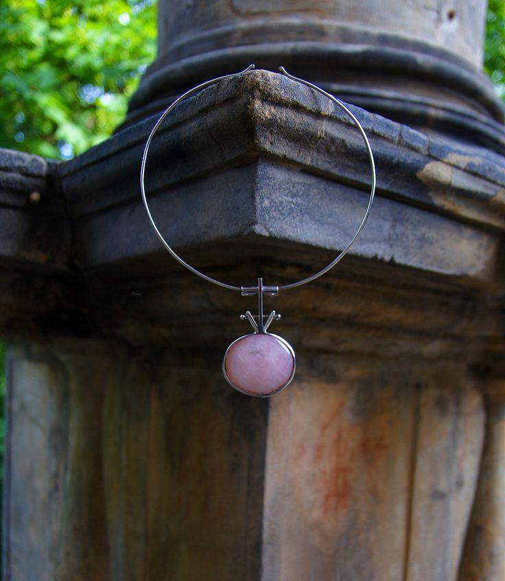 """Nerezový náhrdelník....."""" Růžová chvíle """" Náhrdelník je vyrobený ze zdravotně nezávadné, ušlechtilé nerez oceli. Srdcem šperku je pohledný růženín o velikosti 40x35 mm,zafasovaný do obroučky ze které vychází originální sloupek nesoucí trubičkovitý průvlek na obruč. Obruč na krk lze zcela zdarma upravit dle rozměrů zákazníka, nebo zaměnit za kůži o ..."""