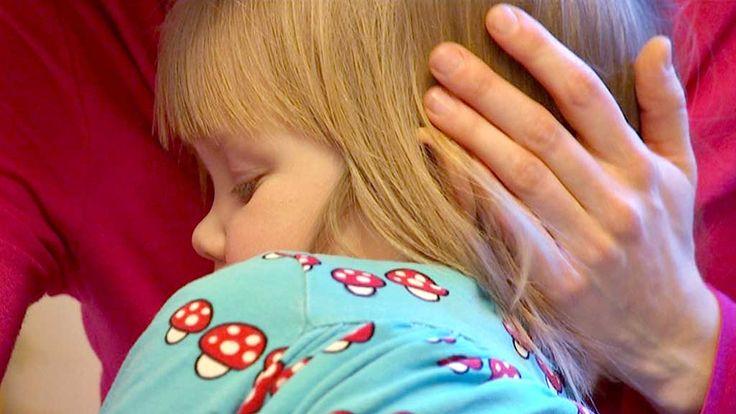 Pienellä lapsella ei ole vielä työkaluja eikä valmiuksia stressin käsittelyyn, mutta vaiston varassa hän osaa hakea aikuisilta juuri oikeanlaista apua. Ja hyviä uutisia! Jos aikuiset antautuvat sylittelemään ja silittelemään pienokaisia, he rauhoittuvat samalla itsekin. Kosketus nimittäin vapauttaa elimistöön oksitosiinia, joka lisää turvallisuutta, rentoutta ja rauhaa – olimmepa isoja tai pieniä.