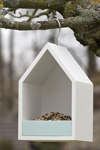 En vakker fuglemater i tre for å tiltrekke fugleliv til hagen.  Mål: 26 cm høy, 16 x 16 cm.