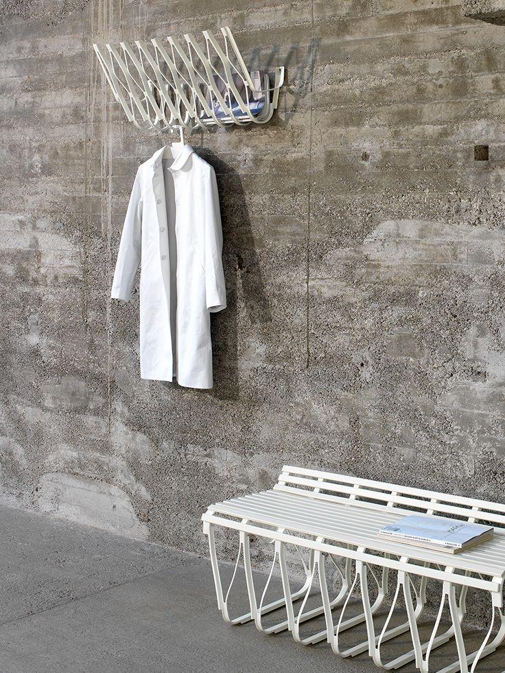 Wandgarderobe aus pulverbeschichtetem Stahl Ausführung: pulverbeschichtet weiß oder pulverbeschichtet schwarz. Design: Stefan Dietz