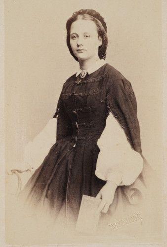 Portret kobiety w sukni stylizowanej na kontusik. fot. Teodor Szajnok, 1860 - 1863