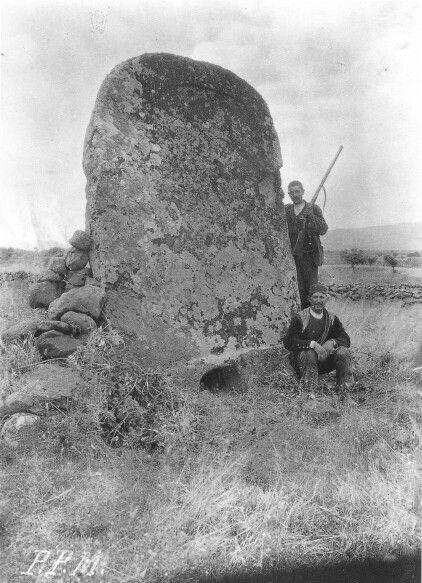 """A guardia di una """" tomba di giganti """" primi anni del 1900."""