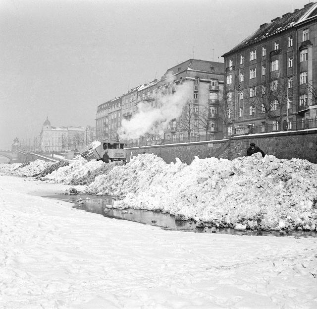 Zamrzlá Vltava a haldy sněhu na břehu roku 1940