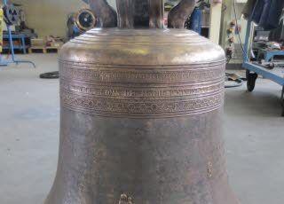 Talant : l'histoire secrète des trois cloches. En 2013, leur médecin, l'entreprise Bodet à Trementines (Maine-et-Loire), a constaté un éclat sur le noyau central de la frêle Marie Antoinette Reine. La commune a donc pris la décision de la confier au spécialiste campanaire. http://www.bienpublic.com/edition-dijon-agglo/2014/08/04/de-vieilles-demoiselles#jimage=943BC0B8-EAA8-4D2D-AA3B-07701959EB63