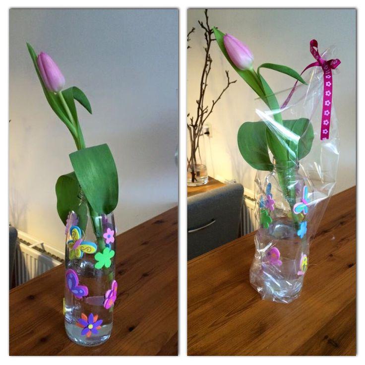 Leuk voor een jarige mama of oma..... Vruchtensap fles beplakken met bloemen stickers. Bloem erin en klaar
