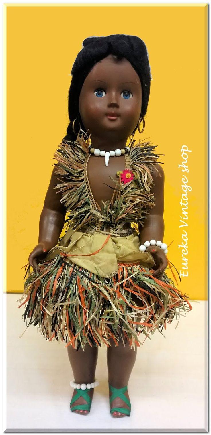 Ιταλική κούκλα καναπέ από την δεκαετία 1960's ντυμένη χαβανέζα.  Σε πολύ καλή κατάσταση με φυσιολογική παλαιότητα.  Φτιαγμένη ολόκληρη από βακελίτη. Πανέμορφη και σπάνια κούκλα, ιδανική προσθήκη για την συλλογή σας.  Ύψος 57εκ