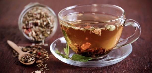 O chá-mate é produzido a partir da erva-mate tostada. Seja em bebidas como o chá quente ou frio ou no tererê e o chimarrão, o chá mate é muito consumido no Brasil.  Ele possui as metilxantinas (cafeína e teobromina) em sua composição, substâncias que conferem ao chá o efeito termogênico. Ele acelera o metabolismo e aumenta o gasto calórico em repouso, mecanismo este que aumenta a queima de gordura, fazendo com que a bebida seja uma aliada no emagrecimento!