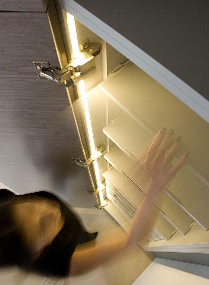 """Светодиодная подсветка для кухонных шкафов: как выбрать, особенности монтажа и 65 универсальных идей http://happymodern.ru/podsvetka-dlya-kuhni-pod-shkafy-svetodiodnaya/ """"Вежливая подсветка"""" кухонных шкафов с помощью диодной ленты"""