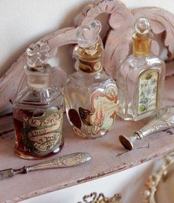 蝶の硝子栓とラベル付きアンティーク香水瓶 - O Bel Inventaire-Bis*アンヴァンテール・ビス*