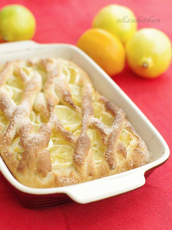 Лимонный пирог. Постный 250 г муки 200 мл теплой воды 2 ст.л. сахара 1 ч.л. сухих дрожжей 2 ст.л. растительного масла 3 лимона сахарный песок