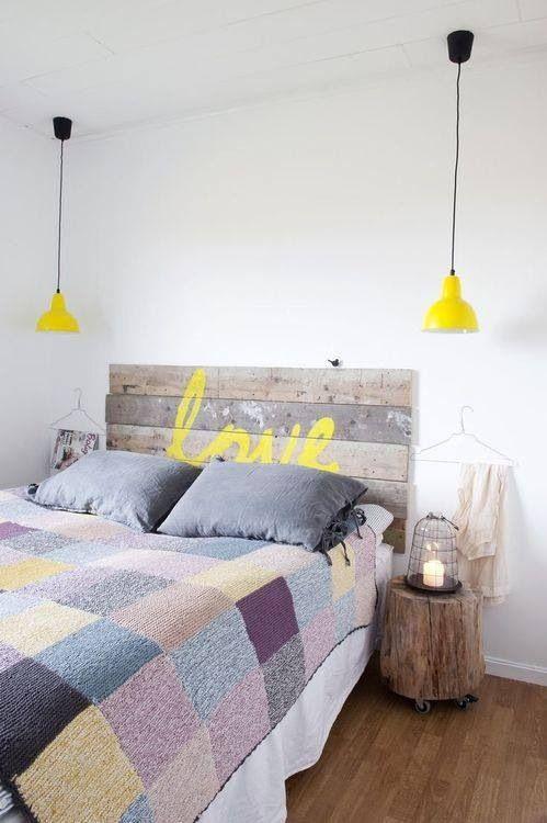 Adorei, painel de madeira com esse adesivo em amarelo. Ficou perfeito! Quero fazer no quarto da minha mãe, hehehe.
