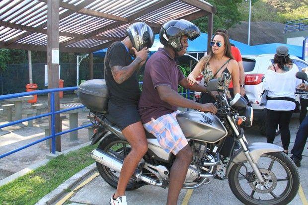 O jogador de futebol francês Thierry Henry usou mototaxi  (Foto: Cleomir Tavares / Divulgação)