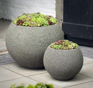 Simplicity and unity as well as contrast: design principles applied by choosing the same shape, material and plants but vary the size of the planter. Simple and very effective!