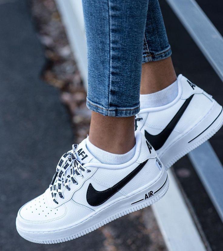 Das sind richtig schöne Nike Air Force 1 für Frauen, oder! Der perfekte Sneaker für den Alltag, der zu allen Outfits passt. Foto: https://www.instagram.com/poseandrepeat/