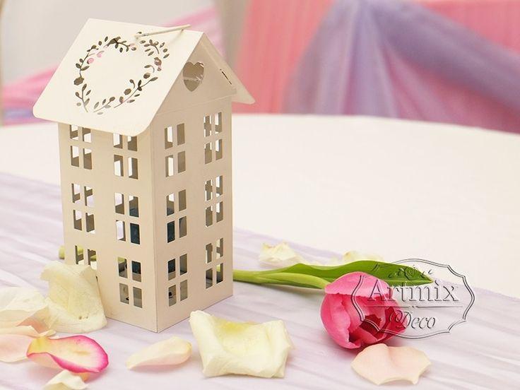 домик из дерево на свадебных столах гостей