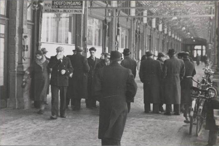 1942. Jews who were assigned to forced labor in national labor camps in the Netherlands report to the Gemeente Arbeidsbeurs, Galerij 21 at Oosteinde in Amsterdam. Photo Stadsarchief Amsterdam / Bart de Kok. #amsterdam #worldwar2 #1942 #Oosteinde