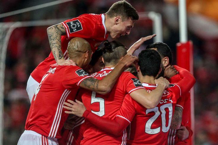 O Benfica venceu o Rio Ave, por 2-0, em jogo da 15.ª jornada, disputado nesta quarta-feira, no Estádio da Luz, e mantém a liderança da primeira Liga de futebol com quatro pontos de avanço sobre o F. C. Porto.