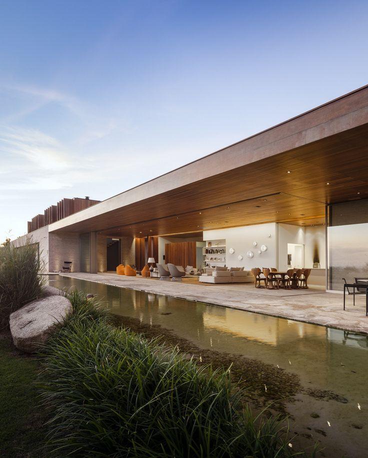 Une maison de campagne pas comme les autres qui affiche une architecture contemporaine et un design intérieur moderne dignes de nimporte quelle résidence