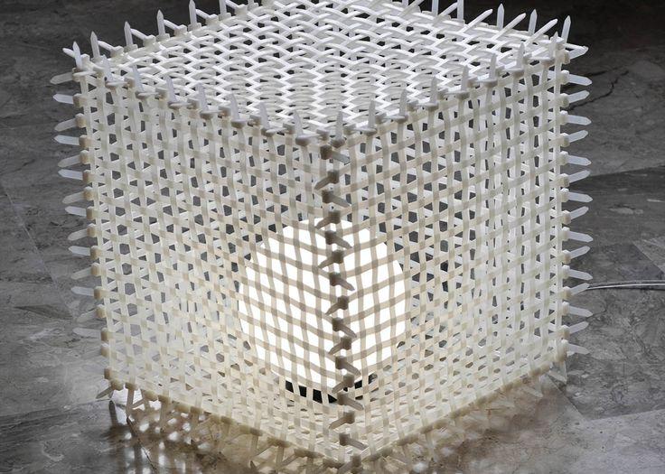 La sua particolare struttura composta da fascette stringicavo rende la lampada Faslamp Ipercube molto resistente agli urti.La lampadina è protetta dall'acqua permettendo anche un uso esterno della lampada.Il foglio di plexiglass appoggiato sul piano superiore consente di usare Ipercube come pratico tavolino.Può essere richiesta la versione con lampadina LED Color Changing in alternativa a quella standard, senza variazione di prezzo. La lampada si colora completamente e cambia continuamente…
