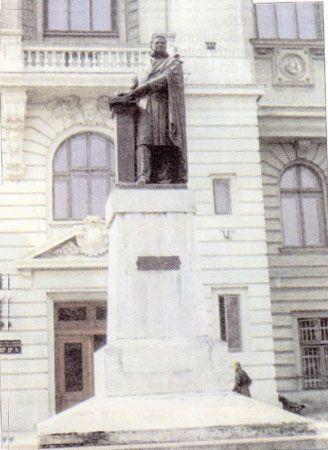 Universitatea - statuia  Xenopol (37673 bytes)