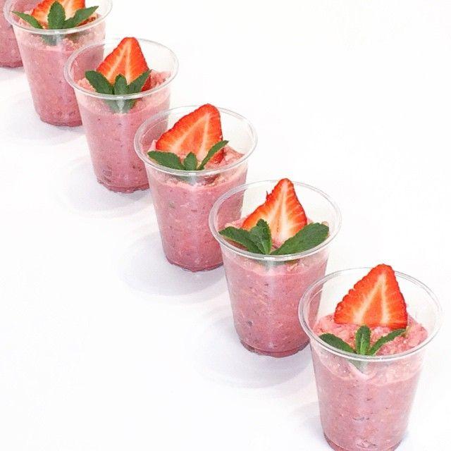 en #cuisine pour la préparation du #bircher #muesli #fraise !  #avoine #oat #organic #lait #milk #strawberry #noisette #hazelnut #pomme #apple #morning #breakfast #lunch #cojean #paris #restaurant