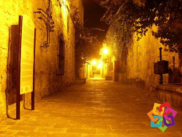 """MICHOACÁN MÁGICO. Si es un romántico empedernido no puede perderse el """"Callejón del Romance"""" en la ciudad de Morelia, una pintoresca callecita envuelta en historias de romances. Fue remodelado en 1965 con cantera rosa en paredes y pisos, decorado con jardineras, fuentes y en sus muros estrofas de """"Romance en mi ciudad"""" del poeta michoacano Lucas Ortiz. Un hermoso y tranquilo lugar ubicado entre las calles Luis Mota y Madero el lugar perfecto para enamorarse. http://hotellacasita.com.mx"""